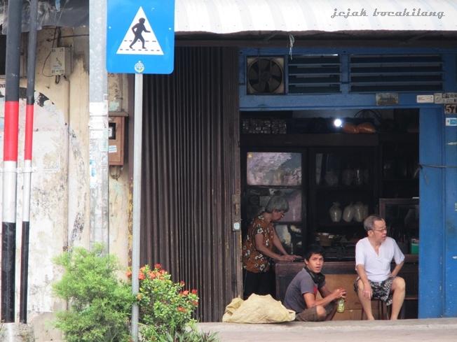 menunggu di sudut kampung Pesindon