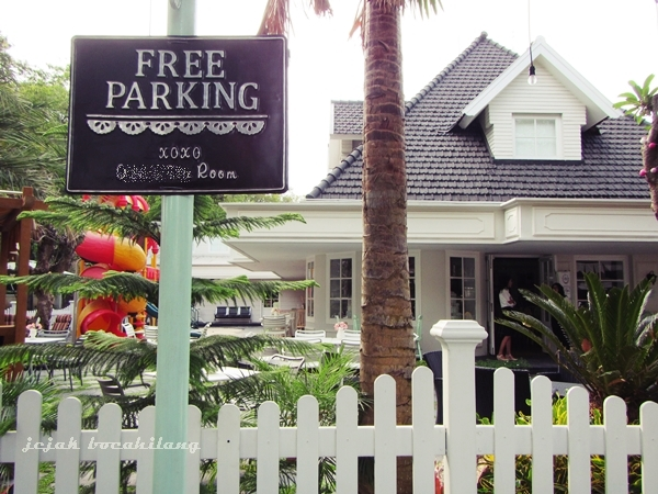 Free parking tapi nggak FREE FOTO, salah satu Kafe di Malang