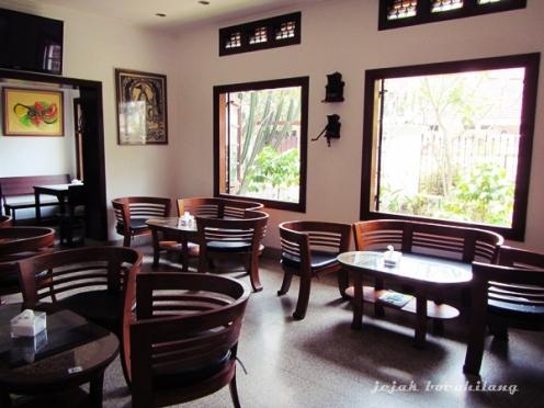 interior biasa saja Kafe Ladang