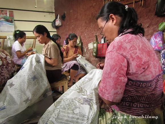 pengrajin batik tulis di rumah batik Larissa - Kampung Pesindon