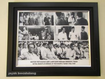 Foto Bung Karno bersanding dengan Menteri Pertahanan Amir Syariffudin dan HB IX