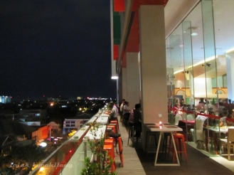 suasana Harris Cafe Gubeng malam hari