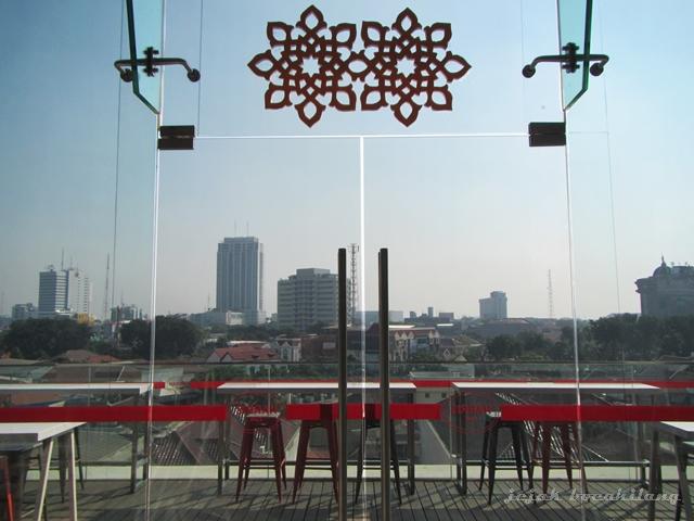 Pemandangan dari HARRIS Cafe Gubeng