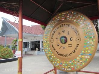 Gong Perdamaian di halaman depan Istana Gebang