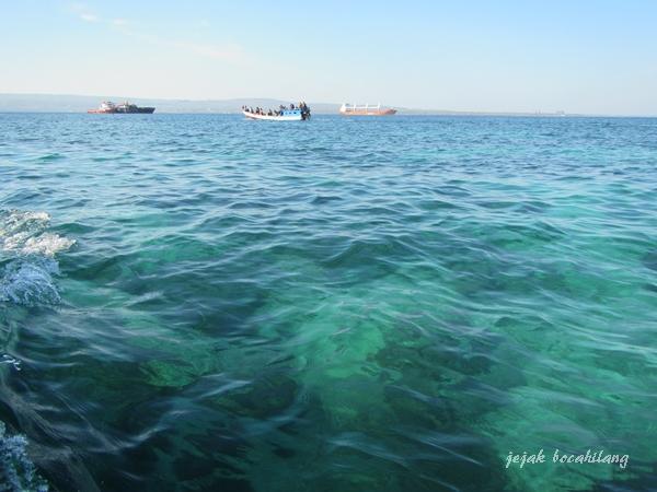 penampakan terumbu karang dari atas kapal menuju Pelabuhan Onan Batu, Semau