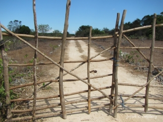 jalan buntu, pagar kebun milik warga