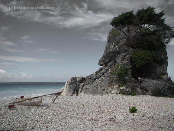 tebing gardu pandang di Pantai Kolbano
