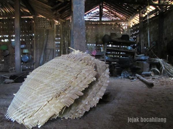 anyaman bambu di salah satu dapur rumah penduduk Desa Walen