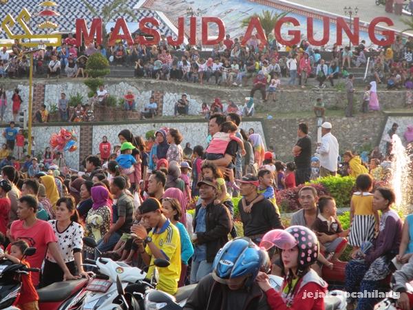 penonton Lampung Carnival 2015 di sekitar Masjid Al-Furqon