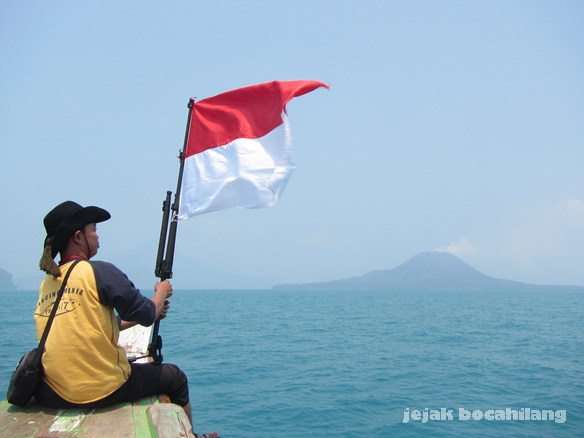 Bendera Merah Putih dengan latar Anak Krakatau ( model: @penyeruput_kopi )