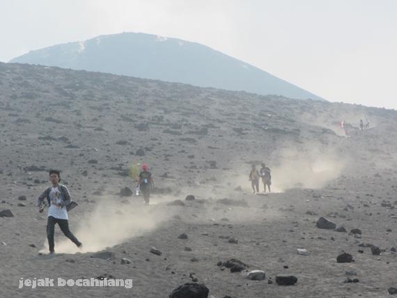 turun dari Gunung Anak Krakatau