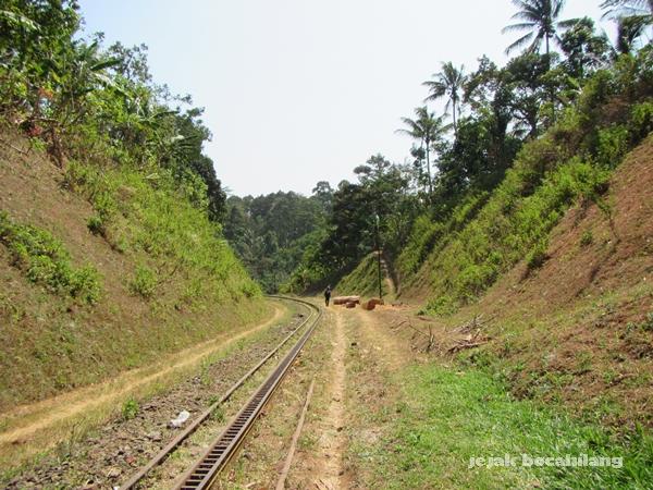 jalur kereta api membelah bukit