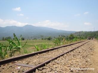 pemandangan dari depan Stasiun Jambu