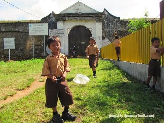 disambut anak-anak SDN 1 Kalimo'ok di pintu masuk Benteng Kalimo'ok