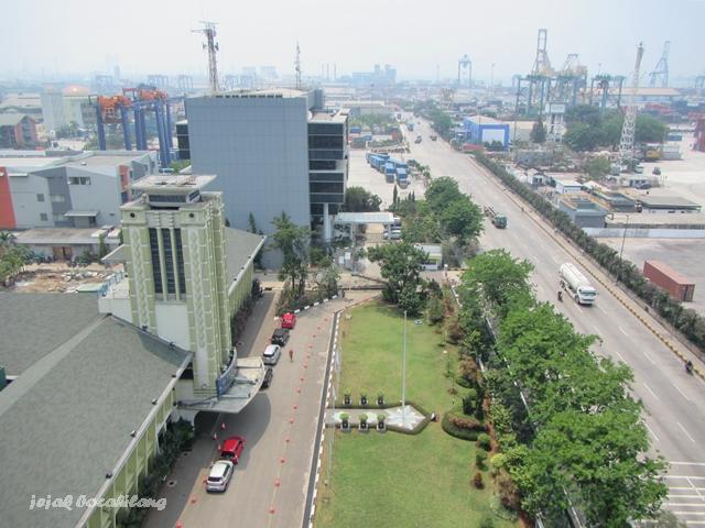 kantor lama Pelabuhan Tanjung Priok ( warna cat hijau ) dilihat dari atas