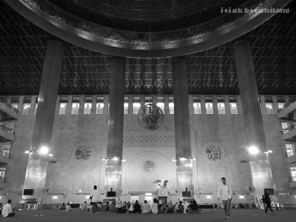suasana di dalam Masjid Istiqlal