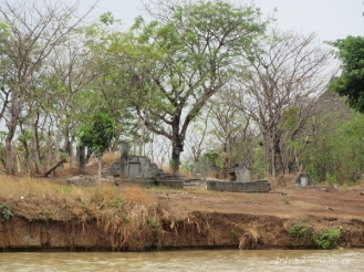 makam di tepi Sungai Cisadane