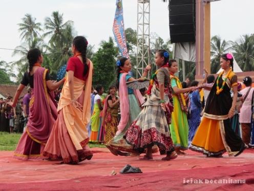penari berbusana India - Ratha Yatra