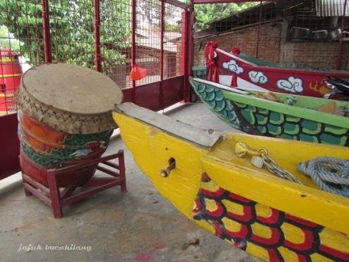 perahu naga untuk perayaan Pehcun yang disimpan di sebuah tempat khusus