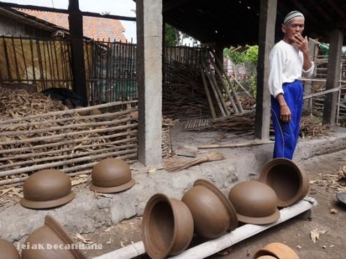 Pak Lamno, pemilik rumah pembuatan gerabah Dusun Nglipoh