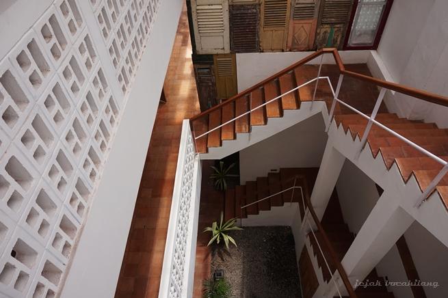 tangga dengan hiasan jendela lawasan