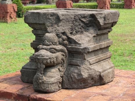 koleksi yoni di halaman Museum Trowulan