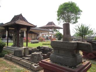 lingga-yoni yang diletakkan di halaman depan Museum Trowulan