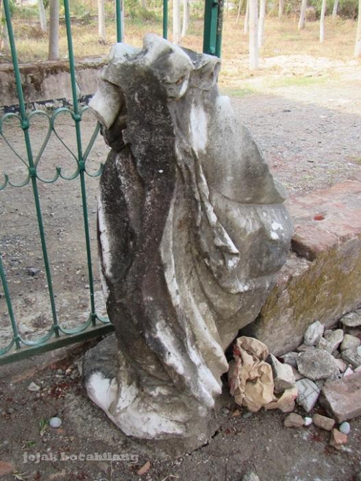 patung prasasti bentuk malaikat yang sudah rusak