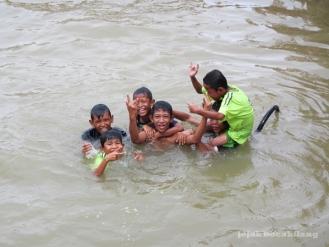 keceriaan anak-anak di Sungai Musi
