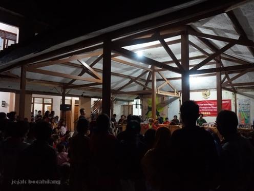 antusias warga Desa Dermaji melihat kesenian Sintren