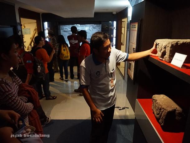 Mas Bambang menjelaskan detail batu candi di Studio Sejarah Restorasi Candi Borobudur