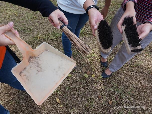 alat untuk membersihkan batu candi