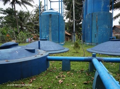 gas holder setinggi 12 meter yang menampung metana Desa Kalisari