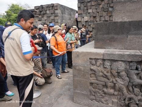 Mas bambang, petugas Balai Konservasi Borobudur menjelaskan Karmawibhangga