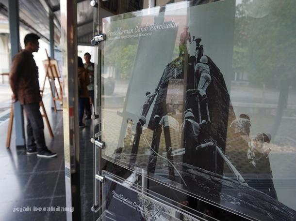 foto pemugaran di pameran Foto Borobudur