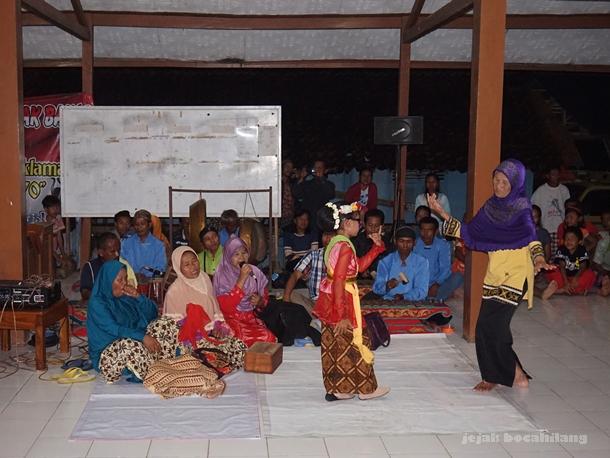 penonton menari bersama Sintren