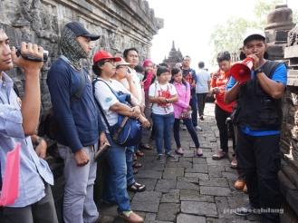 petugas Balai Konservasi Borobudur memberi penjelasan