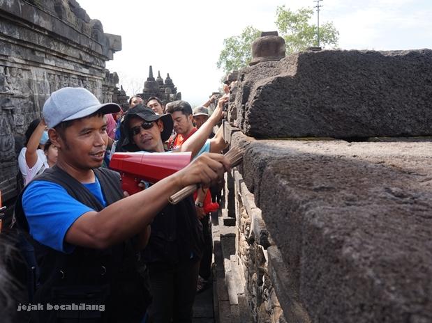 petugas Balai Konservasi Borobudur menjelaskan tata cara pembersihan batu