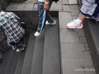 pijakan karet di tangga candi
