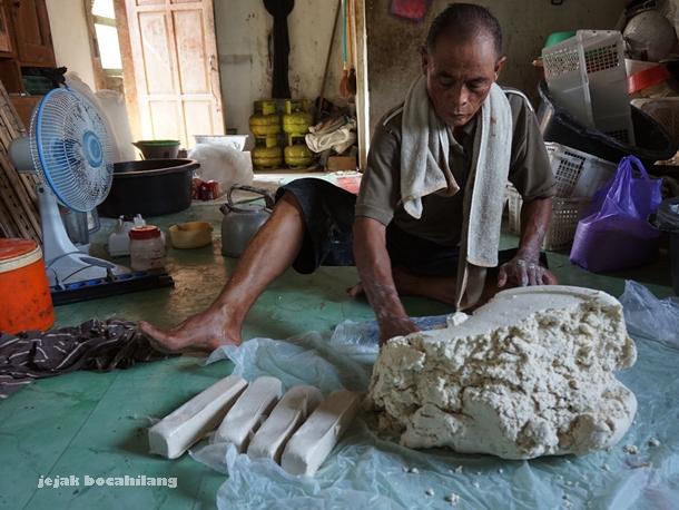 Pak Suwardi, pembuat kerupuk ampas tahu Desa Kalisari
