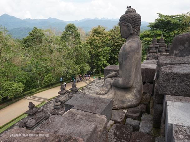 stupa Borobudur tanpa relung yang rawan dijahili oleh pihak tak bertanggung jawab
