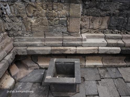 tempat sampah berbahan batu di Borobudur yang diabaikan