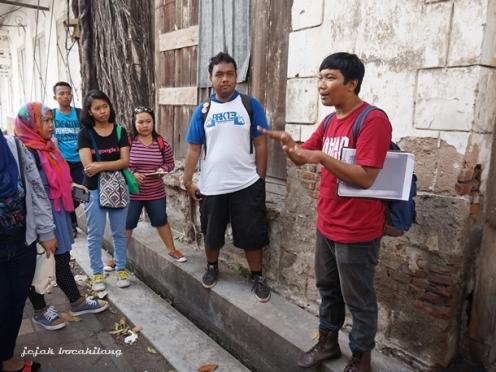 Yogi dari Lopen Semarang menjelaskan struktur bangunan di Kota Lama