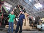 staff PTPN IX dan petugas pabrik menerangkan proses pembuatan gula