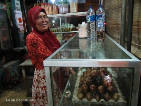 penjual telur asin Brebes di alun-alun Brebes