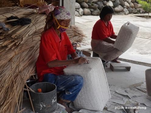 proses pewarnaan anyaman bambu Tunggak Semi