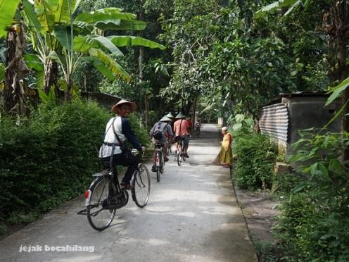 keliling desa menggunakan sepeda onthel