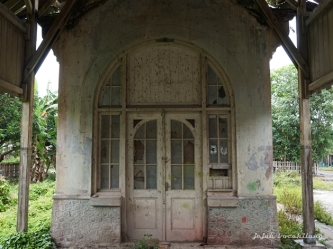 pintu lengkung bangunan utama Stasiun Lasem
