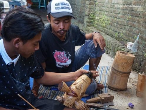 pengrajin limbah bambu di Desa Ekowisata Boonpring