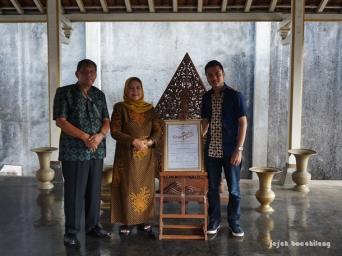 peresmian Komunitas Sinau Batik (kiri ke kanan: Pak Soewarno, Bu Supiyah, Bangkit Pamungkas)